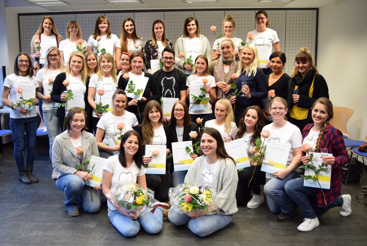 Prüfung geschafft: Zahnmedizinische Prophylaxe-Assistentinnen und Assistenten im ZFZ Stuttgart